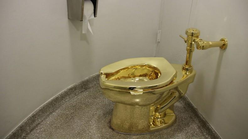 Вместо картины Ван Гога Трампам предложили золотой унитаз