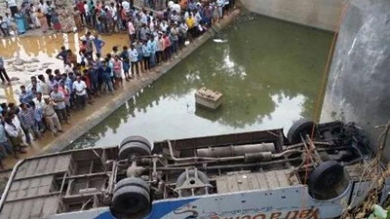 В Индии автобус рухнул в реку