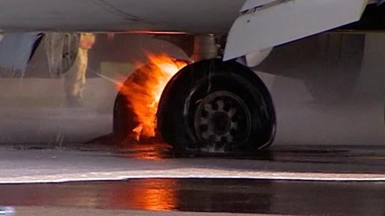 При посадке в аэропорту Волгограда у самолета взорвалось колесо шасси
