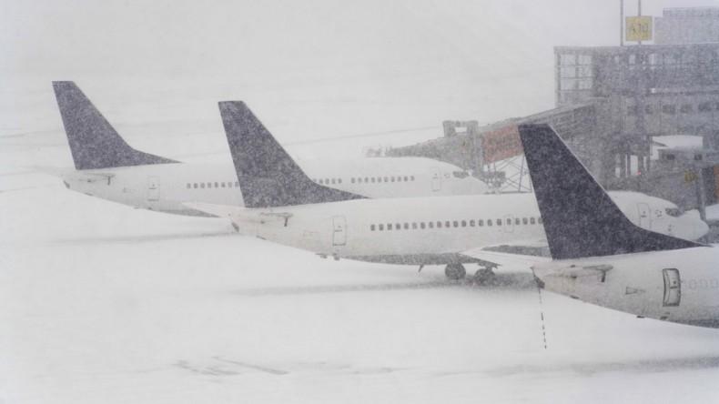 В аэропортах Москвы продолжаются отмены и задержки рейсов из-за снегопада
