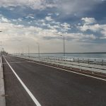 Водители нарушают ПДД на Крымском мосту ради селфи
