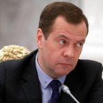 Медведев призвал не увольнять пенсионеров