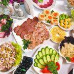 Россиян попросили выбросить салаты после новогоднего застолья