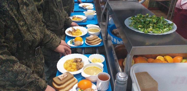 В рамках Дней национальной кухни Белоруссии в российских воинских частях подали кулеш, верашчаку и салат «Минский»