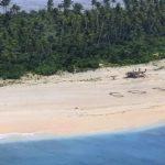 Благодаря надписи SOS на песке на необитаемом острове нашли троих моряков